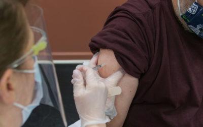 Formulare, Impfkabinen und hochgekrempelte Ärmel